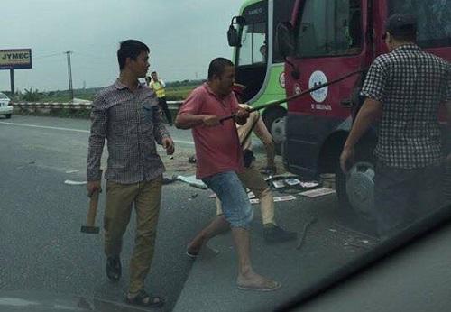 Hàng chục người dùng búa, xà beng cứu tài xế bị tai nạn
