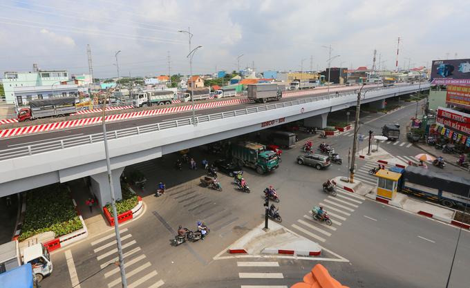 Cầu vượt hơn 500 tỷ đồng phía Tây TP HCM thông xe trước 3 tháng